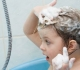 Mytí a ošetřování vlasů při ekzému: Šetrný šampon je pro atopiky základem