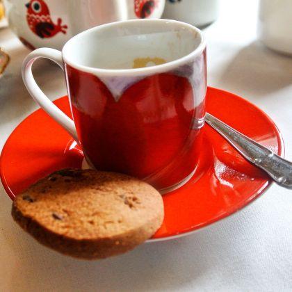 Kafíčko a bezlepková sušenka v kavárně u útesu