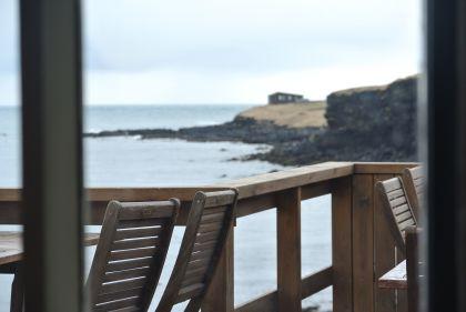 Výhled z kavárny na útesy