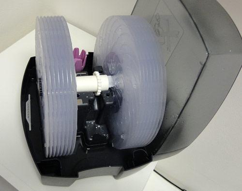 Pohled do útrob zvlhčovače. V levé části je umístěna bílá ionizační tyčinka