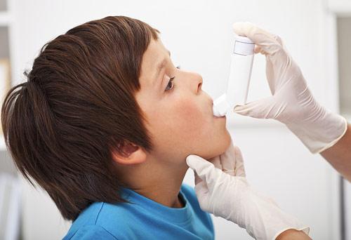 Léky na astma se nejčastěji vdechují z ručního sprejového dávkovače, což ale nejmenší děti nedokážou