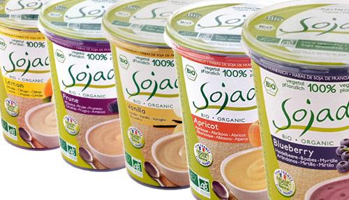 Sójové jogurty Sojade jsou k dostání v mnoha příchutích, na obrázek se nám ani všechny nevešly