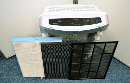Sada filtrů vyskládaná ze společné kazety, která má své místo v útrobách čističky
